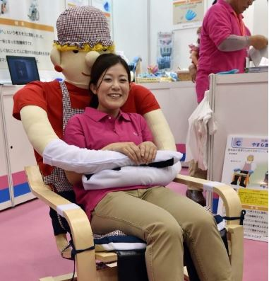 Ti senti sola? Dal Giappone arriva la sedia che ti abbraccia (FOTO)