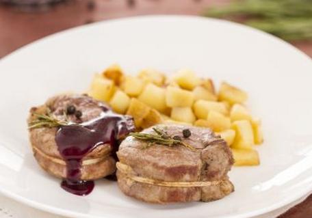 Ricette di carne: filetto di maiale con salsa al vino rosso e mele