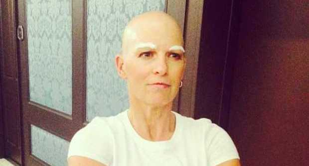 """Gb, perde i capelli per la chemio: alla festa si traveste da """"Mastro Lindo"""" FOTO01"""