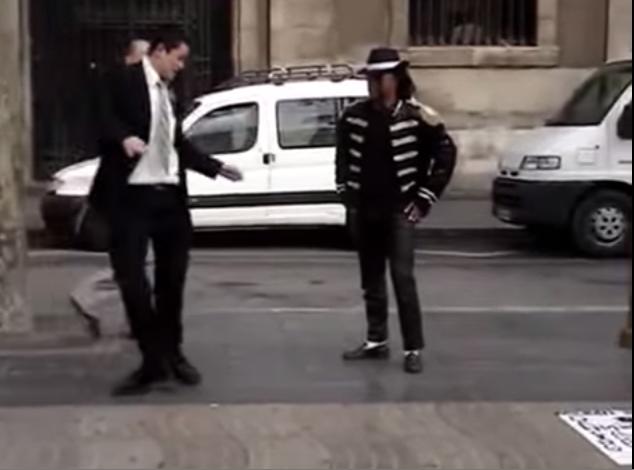 """Missionario mormone balla il """"moonwalking"""" con sosia di Michael Jackson"""