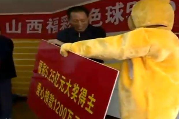 Cina: vince 85 mln dollari, ritira il premio vestito da orso (FOTO)