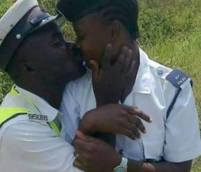 Tanzania: poliziotti si baciano, foto sui social. Licenziati