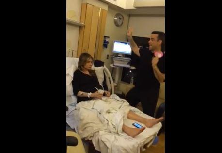 Robbie Williams è diventato papà: canti e balli in sala parto (VIDEO)