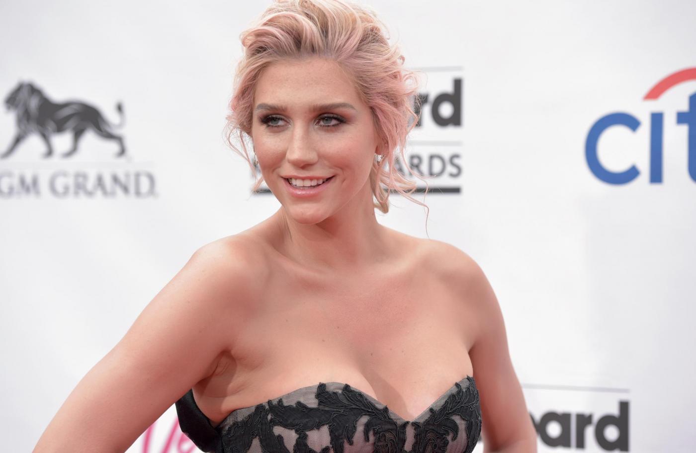 """Kesha denuncia il suo produttore, Dr. Luke: """"Mi ha violentata per 10 anni"""""""