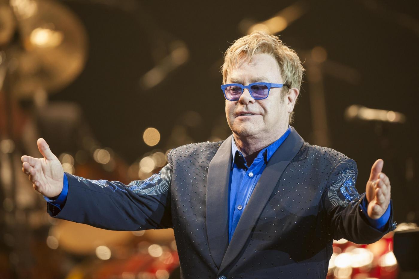 """Elton John fan del Papa: """"Facciamo subito santo quest'uomo"""""""
