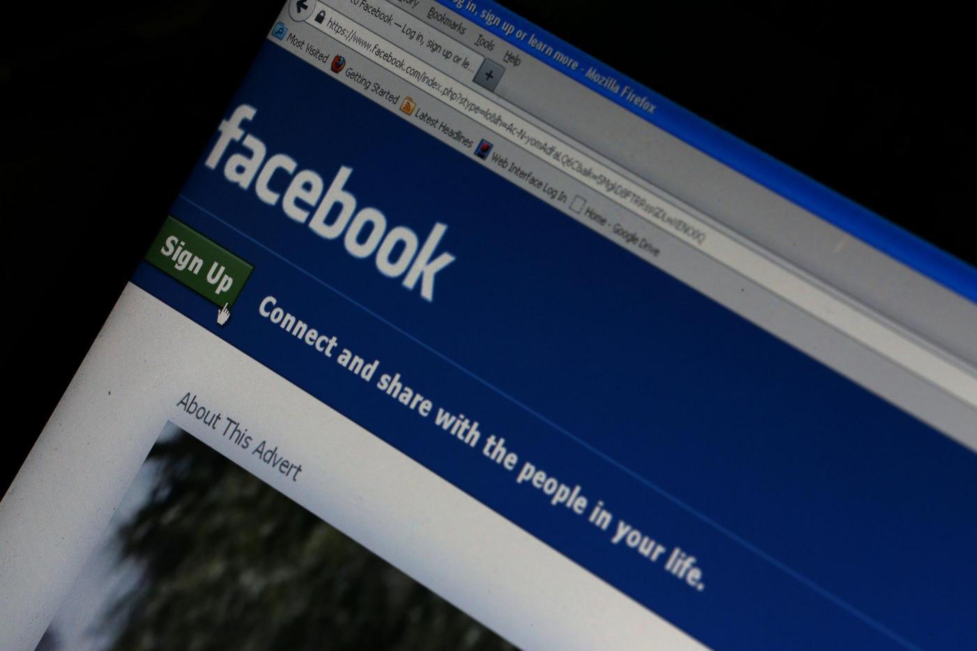 Cancella l'ex fidanzato da Facebook, lui le brucia la casa