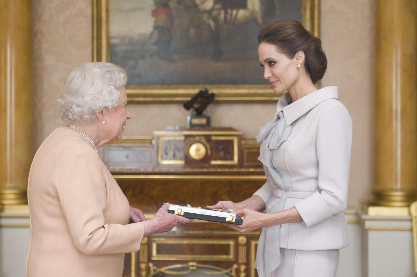 "Angelina Jolie a Buckingham Palace. La regina la nomina ""Dama Onoraria"" (FOTO)"