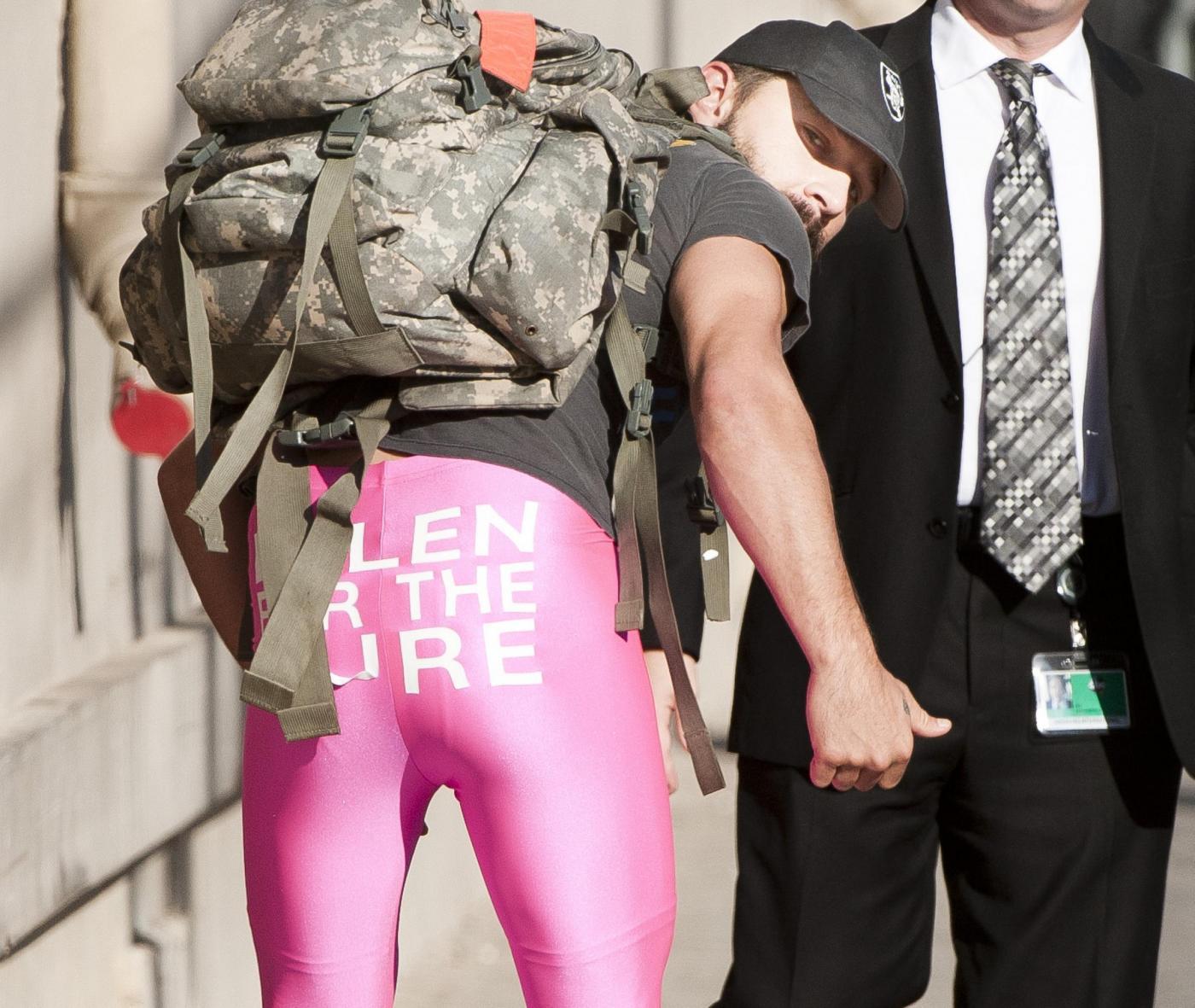 Shia Labeouf indossa leggins rosa contro il cancro al seno (FOTO)