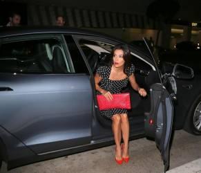 Eva Longoria, abito a pois nero abbinato alle scarpe e la borsa rosse08