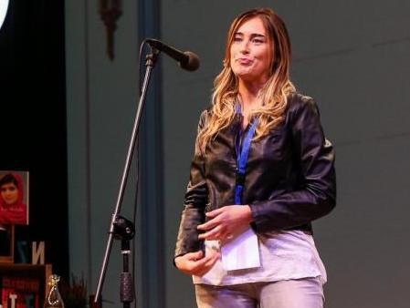 Maria Elena Boschi: chiodo, jeans e maxi t-shirt: il look informale è servito
