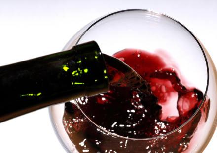 Osteoporosi, un aiuto da vino rosso, cioccolato e noci