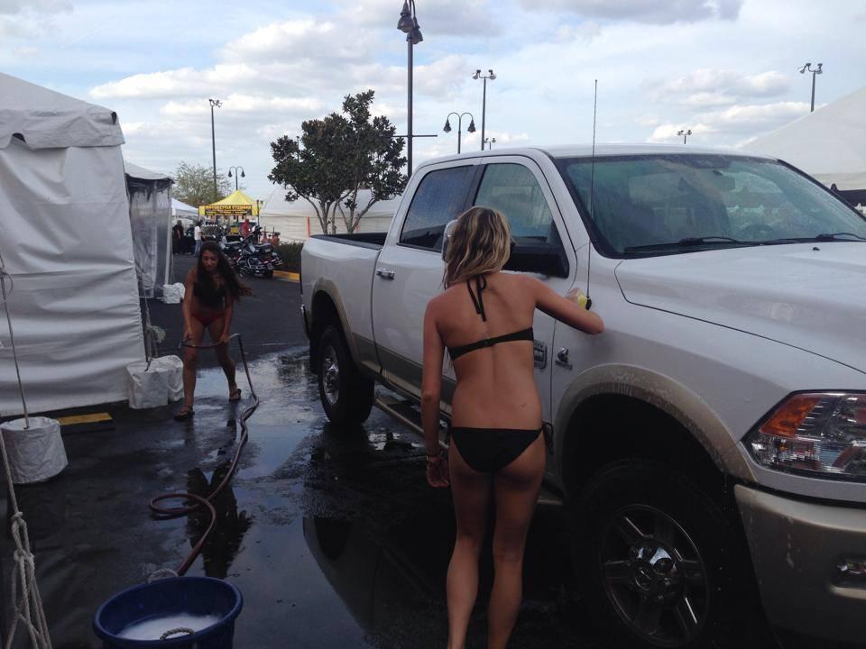 Bikini Car Wash: autolavaggio in cui lavorano solo ragazze in costume (FOTO)