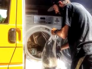 Australia: arriva il furgone-lavatrice che lava i panni ai senzatetto (VIDEO)