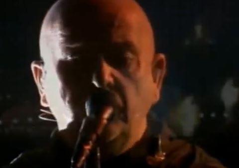 """Peter Gabriel incanta Berlino con """"Heroes"""" di David Bowie (VIDEO)"""