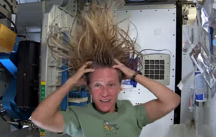 Come si va al bagno nello spazio e come si lavano i capelli? VIDEO
