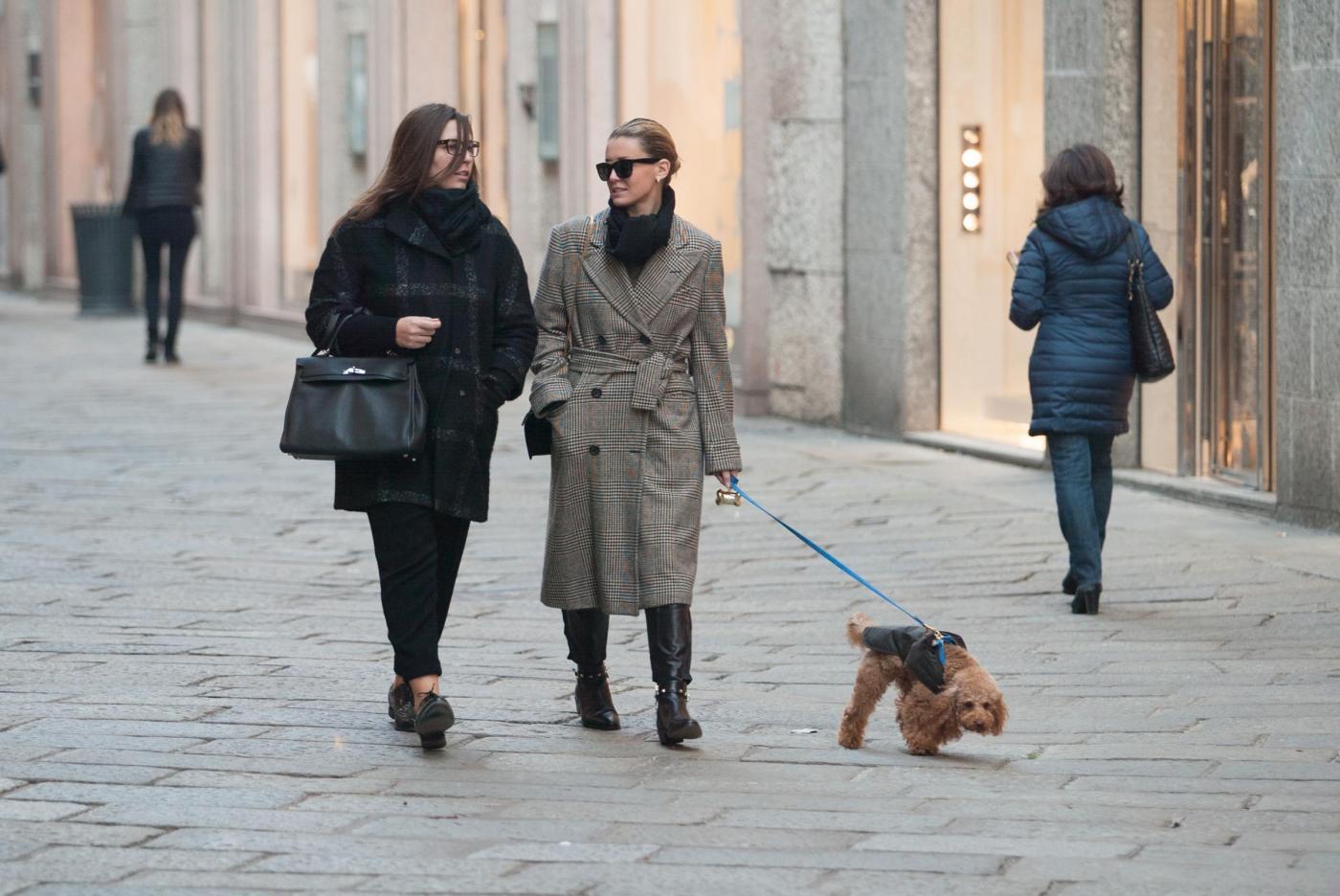 Elena Barolo, l'ex velina di Striscia fa shopping con amica e barboncino01