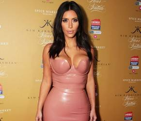 Kim Kardashian: dopo il lato b nudo, arriva il vestito in lattice rosa (FOTO)