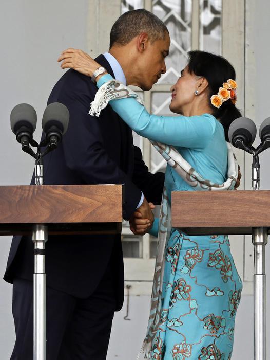 Obama incontra Aung San Suu Kyi. La leader birmana appare invecchiata e stanca03