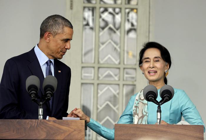 Obama incontra Aung San Suu Kyi. La leader birmana appare invecchiata e stanca05