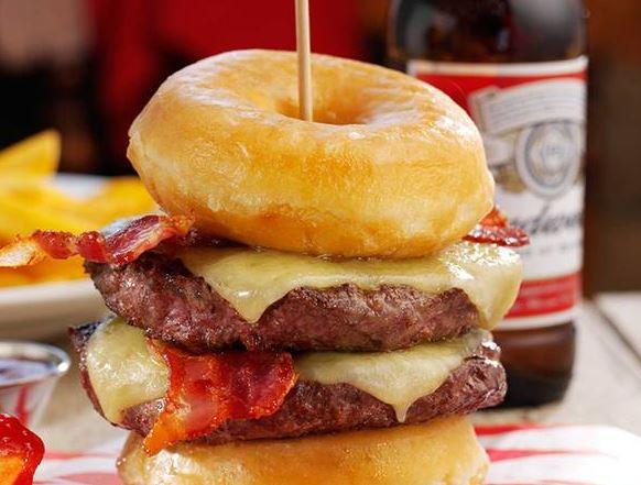 Cheeseburger da infarto: arriva il panino da 2000 calorie