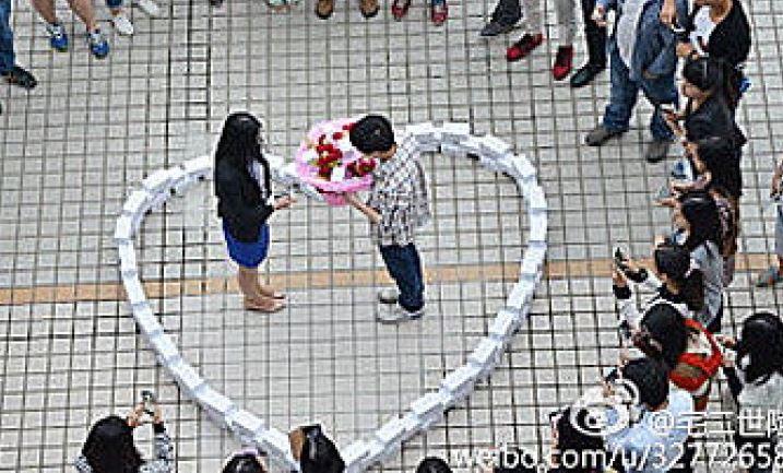 Cina, le chiede la mano dentro un cuore di 99 iPhone. Lei rifiuta (FOTO)