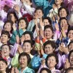 Corea del Nord, Kim Jong-un accanto a centinaia di donne commosse 01
