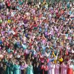 Corea del Nord, Kim Jong-un accanto a centinaia di donne commosse 02