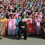 Corea del Nord, Kim Jong-un accanto a centinaia di donne commosse05