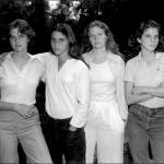 Quattro sorelle, stessa posa per 40 anni: scatti finiscono al MoMa di New York 01
