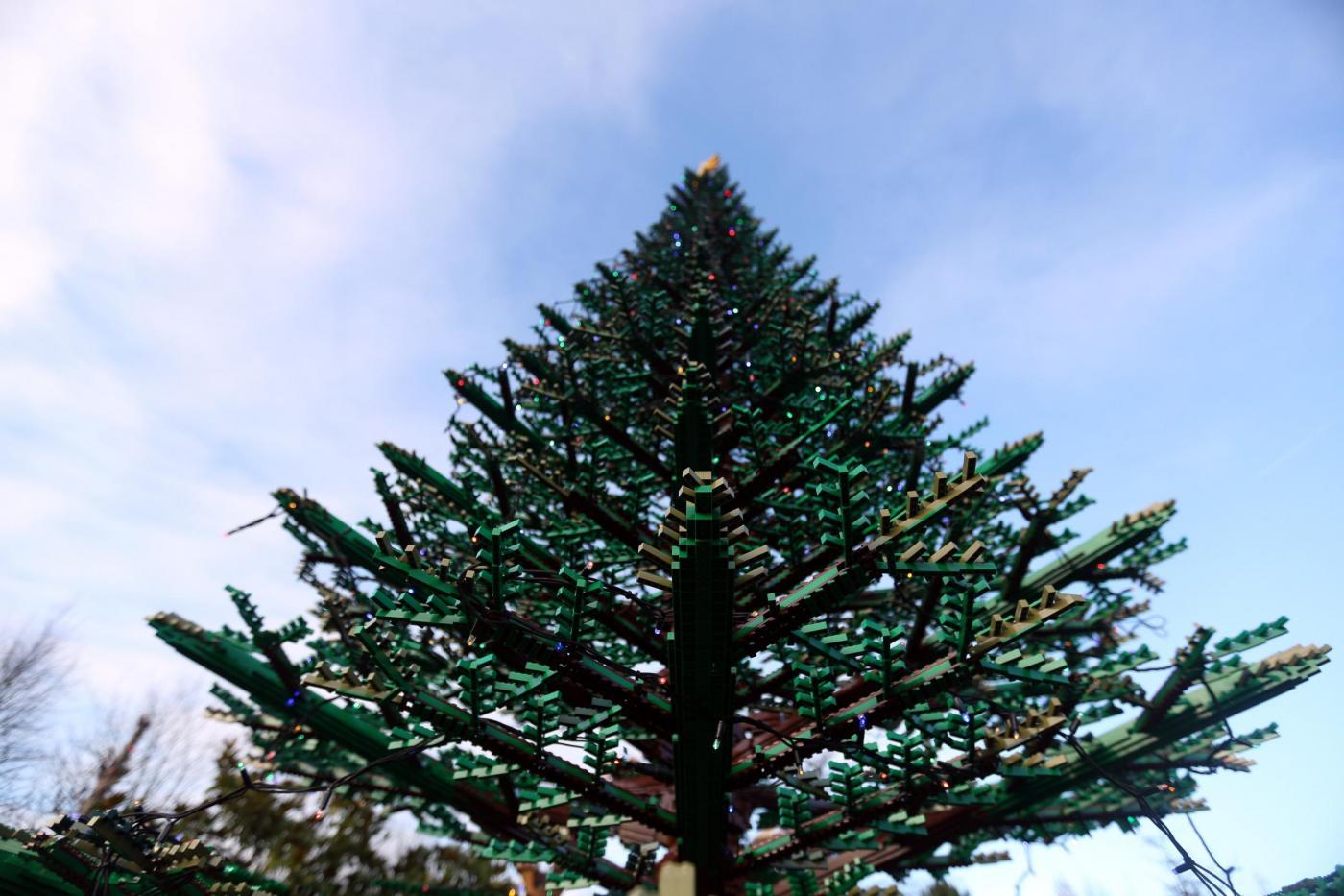 Albero di Natale realizzato con 300mila mattoncini della Lego07