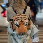 Elenoire Casalegno in via Montenapoleone con zaino con testa di tigre09