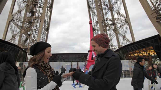 Matrimonio In Parigi : Parigi proposta matrimonio in cima torre eiffel le foto