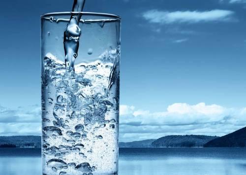 Dieta dell'acqua: meno una taglia in 30 giorni. Ecco come