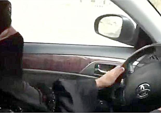 Arabia Saudita: donna arrestata perché guidava
