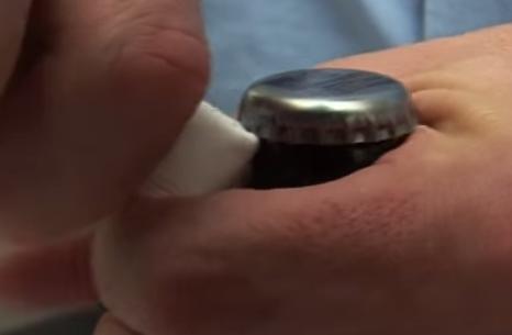 Come aprire una birra con un foglio di carta VIDEO