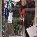 Carlos Tevez, shopping a via Montenapoleone con la moglie Vanesa01