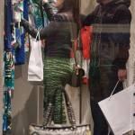 Carlos Tevez, shopping a via Montenapoleone con la moglie Vanesa03
