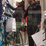Carlos Tevez, shopping a via Montenapoleone con la moglie Vanesa02
