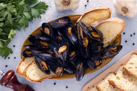 Ricette di pesce: impepata di cozze con crostoni all'origano
