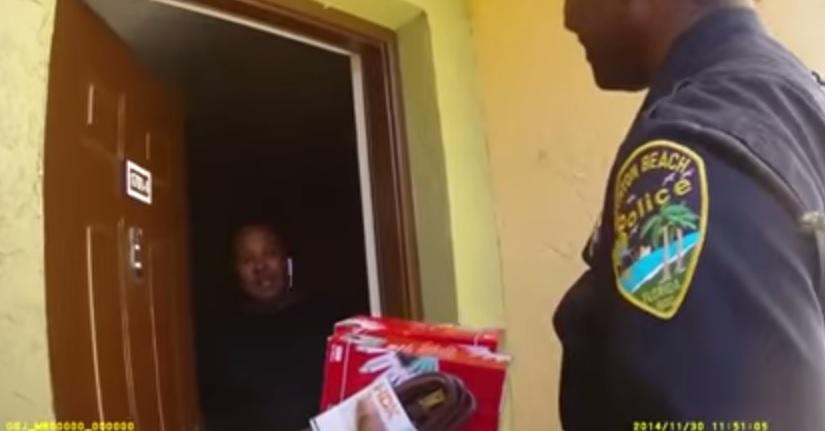 Florida, bambina chiama il 911 e chiede albero Natale: la polizia l'accontenta