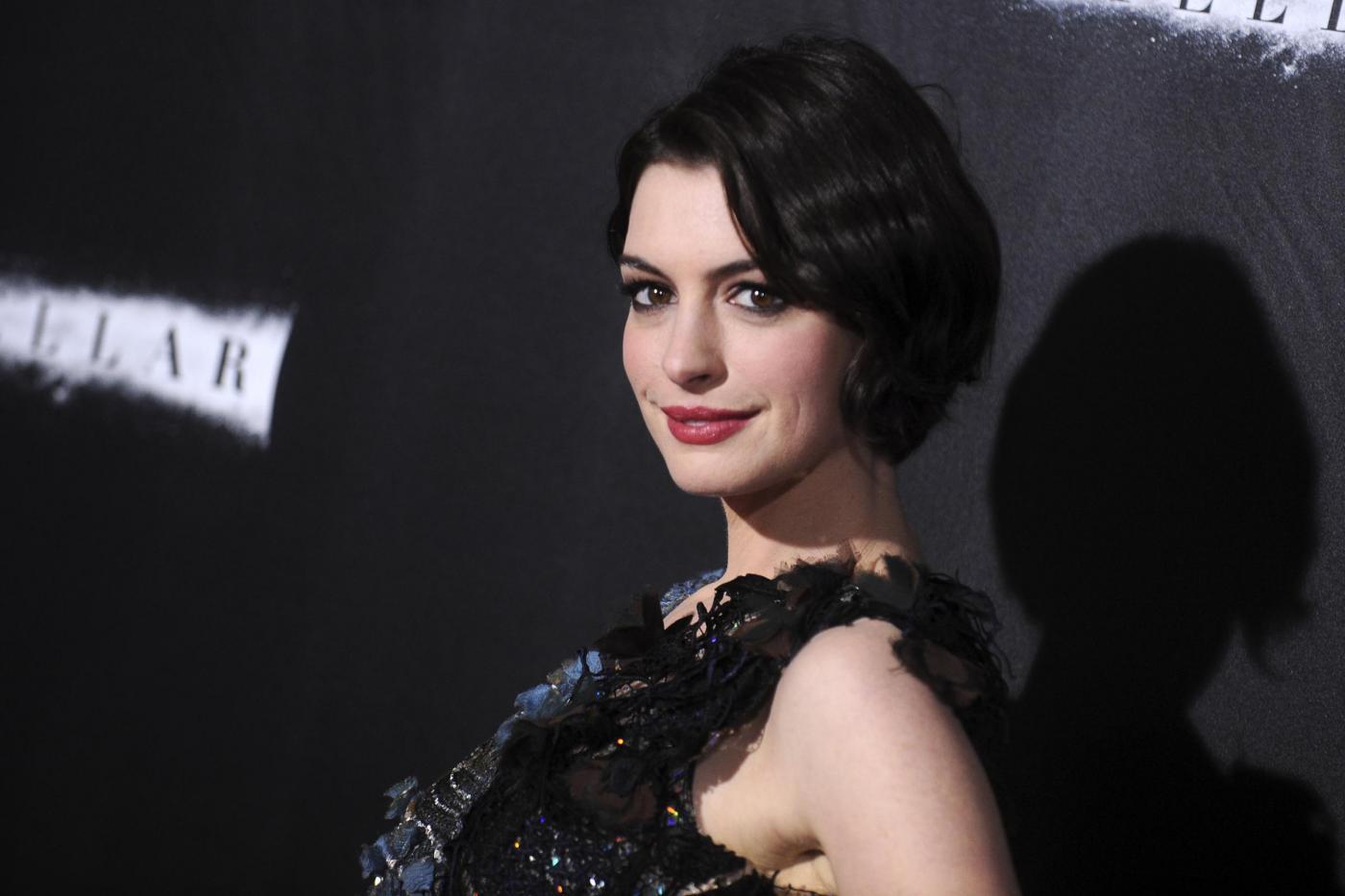 "Anne Hathaway non più vegan, si dà alla dieta paleo: ""Ridà forza"""