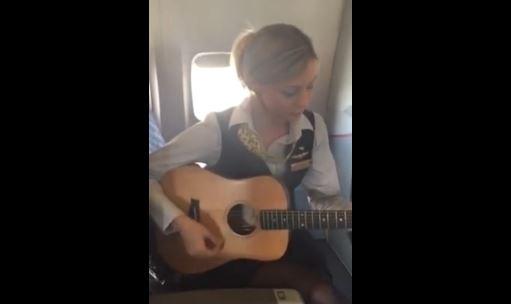Hostess suona e canta in volo per i passeggeri VIDEO