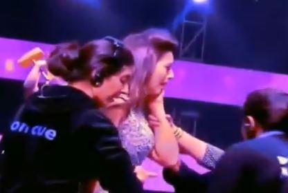 """India, attrice Bollywood vestita """"troppo sexy"""": spettatore la aggredisce VIDEO"""