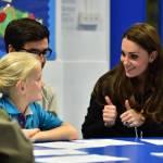 Kate Middleton gioca con i boy scout: fazzolettone al collo e occhi bendati 24