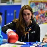 Kate Middleton gioca con i boy scout: fazzolettone al collo e occhi bendati 15