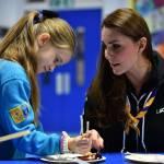 Kate Middleton gioca con i boy scout: fazzolettone al collo e occhi bendati 01