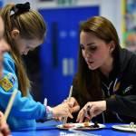 Kate Middleton gioca con i boy scout: fazzolettone al collo e occhi bendati 14