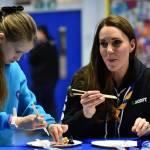 Kate Middleton gioca con i boy scout: fazzolettone al collo e occhi bendati 12