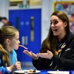 Kate Middleton gioca con i boy scout: fazzolettone al collo e occhi bendati 11
