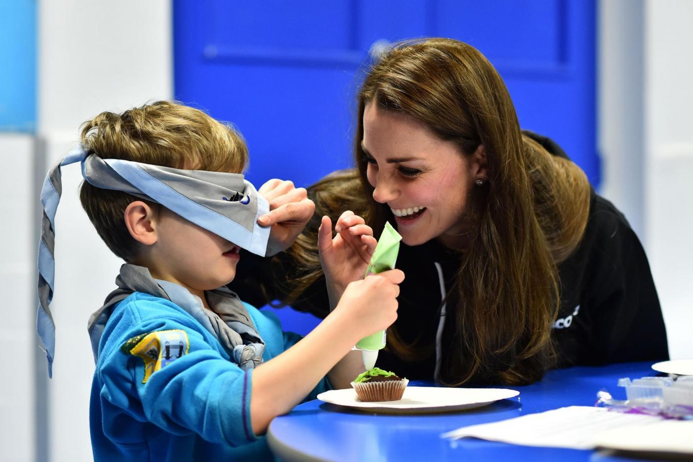 Kate Middleton gioca con i boy scout: fazzolettone al collo e occhi bendati 10